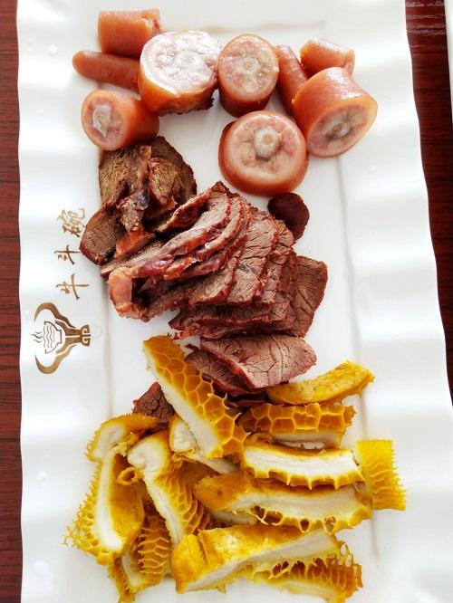猪尾巴和五香牛肉及卤味毛肚菜品展示